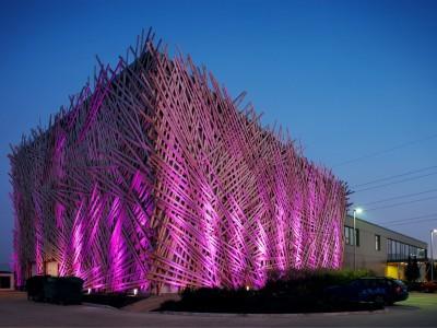 osvetlena budova_ruzova